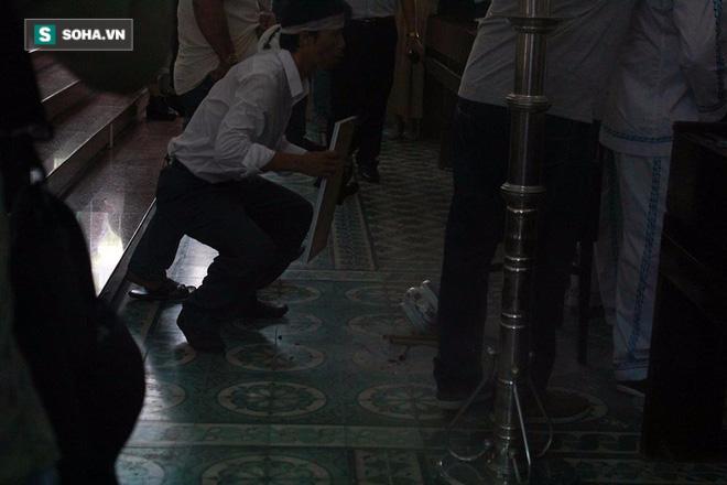 Trực Tiếp:  Đàm Vĩnh Hưng lặng lẽ xuất hiện để đưa tiễn Minh Thuận - Ảnh 6.
