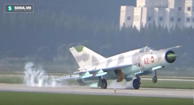 CLIP: Nữ phi công Triều Tiên lái MiG-21 đập đuôi xuống đường băng - Ảnh 1.