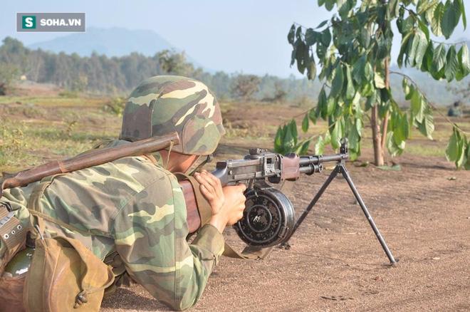 Bộ binh cơ giới Việt Nam diễn tập đánh địch đổ bộ đường không - Ảnh 2.