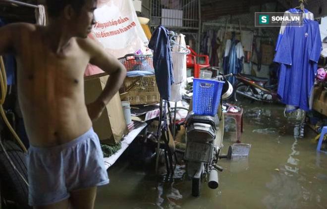 Người Sài Gòn đeo ủng ngồi giữa nhà ngập nước đọc báo, xem tivi - Ảnh 2.