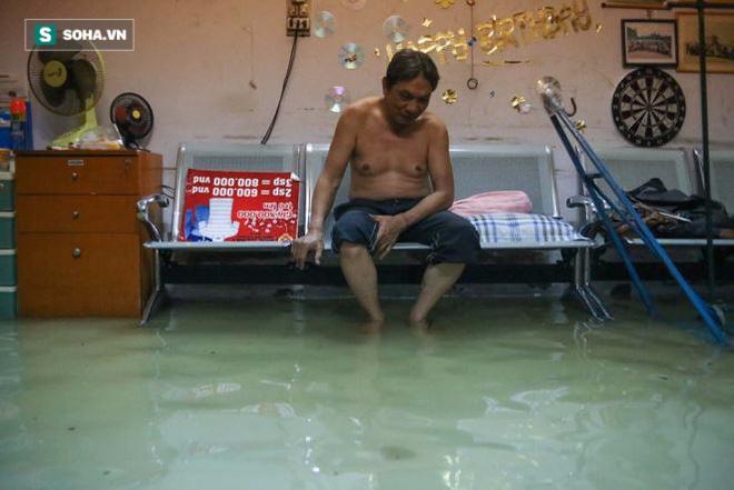 Người Sài Gòn đeo ủng ngồi giữa nhà ngập nước đọc báo, xem tivi - Ảnh 4.