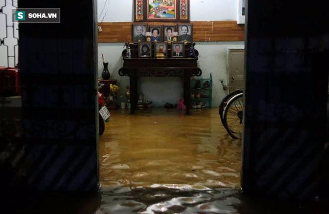 Người Sài Gòn đeo ủng ngồi giữa nhà ngập nước đọc báo, xem tivi - Ảnh 6.