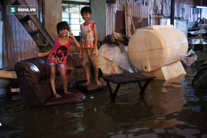 Người Sài Gòn đeo ủng ngồi giữa nhà ngập nước đọc báo, xem tivi - Ảnh 7.