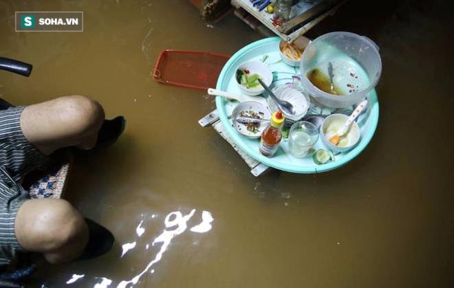 Người Sài Gòn đeo ủng ngồi giữa nhà ngập nước đọc báo, xem tivi - Ảnh 8.