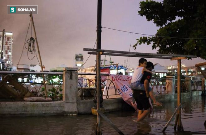Người Sài Gòn đeo ủng ngồi giữa nhà ngập nước đọc báo, xem tivi - Ảnh 9.