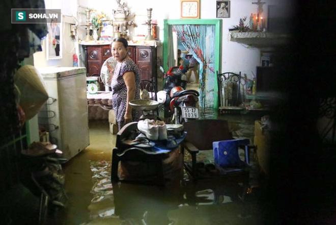Người Sài Gòn đeo ủng ngồi giữa nhà ngập nước đọc báo, xem tivi - Ảnh 10.
