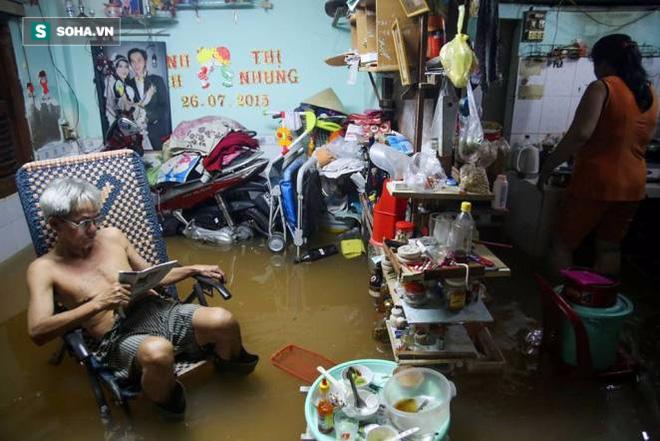 Người Sài Gòn đeo ủng ngồi giữa nhà ngập nước đọc báo, xem tivi - Ảnh 11.
