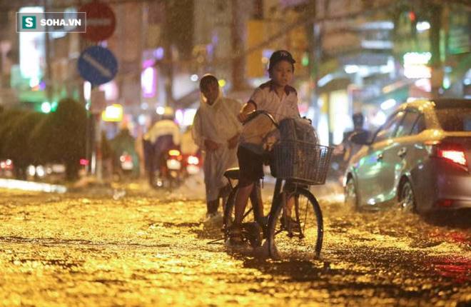 Người Sài Gòn đeo ủng ngồi giữa nhà ngập nước đọc báo, xem tivi - Ảnh 12.