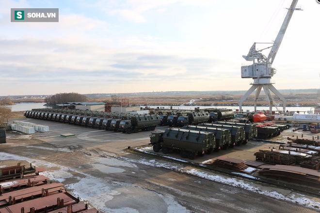 Đoàn xe quân sự hầm hố vừa hành quân về đậu kín cảng Oka là loại vũ khí trang bị nào? - Ảnh 3.