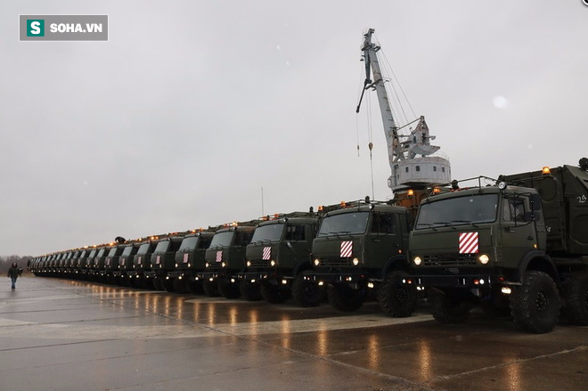 Đoàn xe quân sự hầm hố vừa hành quân về đậu kín cảng Oka là loại vũ khí trang bị nào? - Ảnh 1.