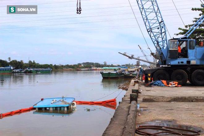 Phụ nữ, trẻ em kêu cứu trên sà lan chở 400 tấn thép đang chìm dần xuống sông - Ảnh 2.