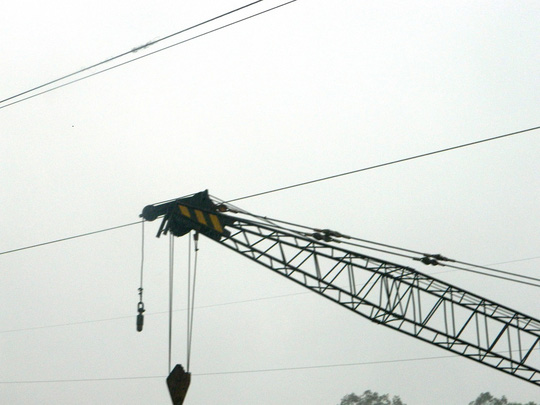 Sà lan trôi vướng dây điện, suýt đâm cầu đường sắt - Ảnh 1.