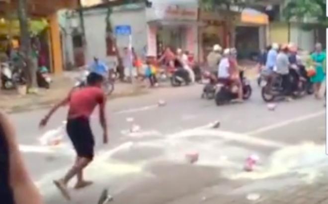 Video ghi lại toàn bộ vụ ông bố bị bắt vì đập sữa trước siêu thị - Ảnh 3.