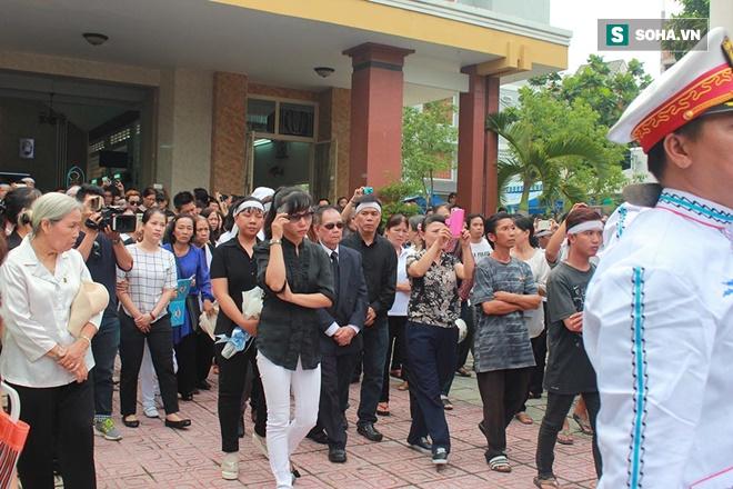 Trực Tiếp: Cha già gần 100 tuổi khóc nấc đau đớn tiễn Minh Thuận - Ảnh 3.