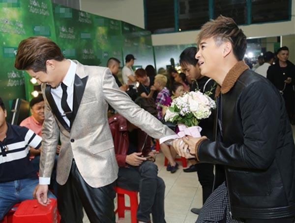 Hành động phì cười của Noo Phước Thịnh khi gặp trai đẹp Việt - Ảnh 2.