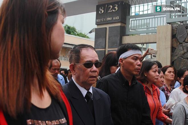 Trực Tiếp: Cha già gần 100 tuổi khóc nấc đau đớn tiễn Minh Thuận - Ảnh 4.