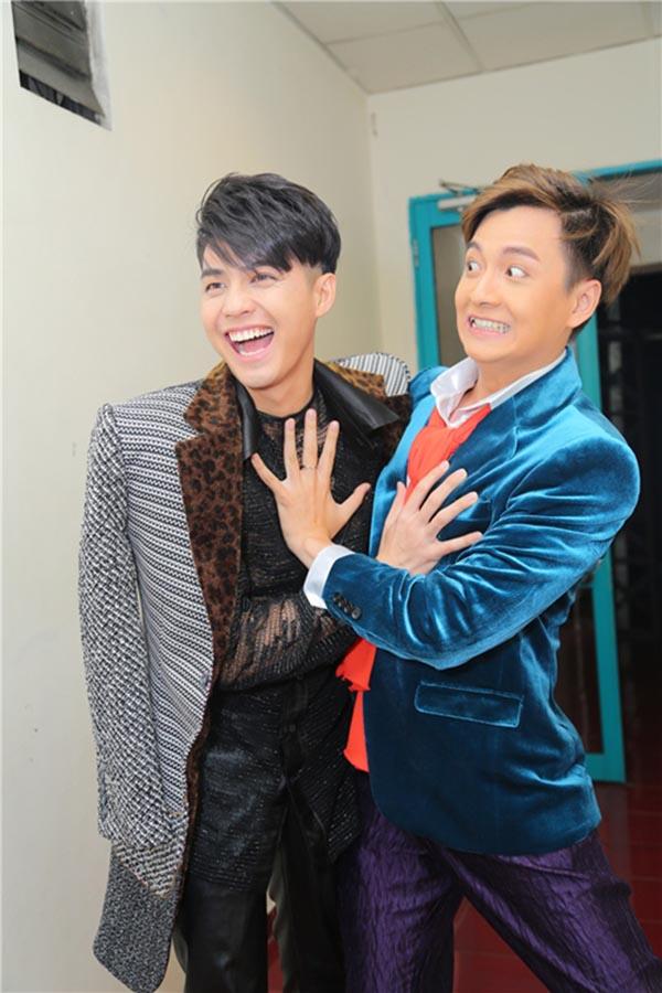 Hành động phì cười của Noo Phước Thịnh khi gặp trai đẹp Việt - Ảnh 1.