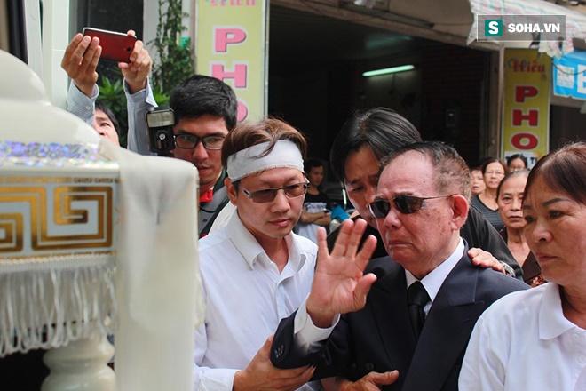 Trực Tiếp: Cha già gần 100 tuổi khóc nấc đau đớn tiễn Minh Thuận - Ảnh 1.