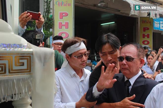 Trực Tiếp: Cha già gần 100 tuổi khóc nấc đau đớn tiễn Minh Thuận - Ảnh 2.