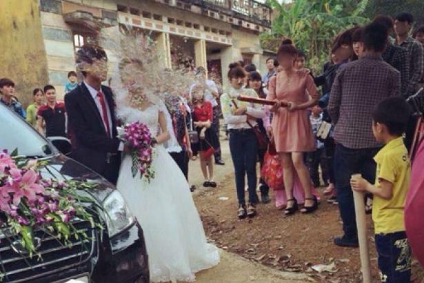 Cô dâu nhọ nhất năm: Tụt cả váy vì sợ pháo giấy - Ảnh 2.