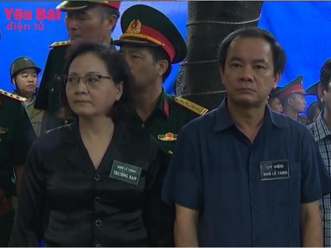 Tiễn đưa Bí thư, Chủ tịch HĐND tỉnh Yên Bái trong cơn mưa tầm tã - Ảnh 3.