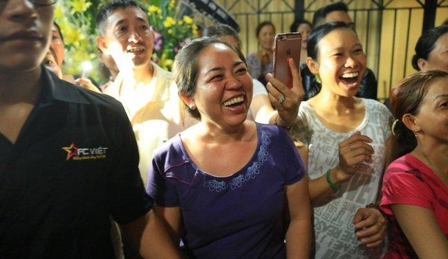Sự tranh thủ làm màu đáng sợ trong lễ tang ca sĩ Minh Thuận - Ảnh 12.