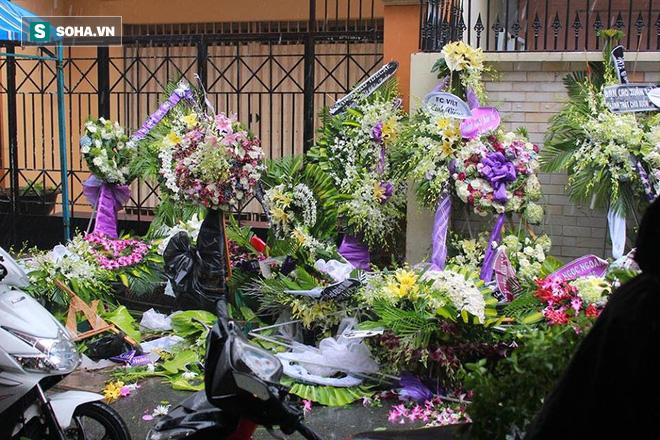 Vòng hoa viếng Minh Thuận tan hoang dưới mưa lớn - Ảnh 1.