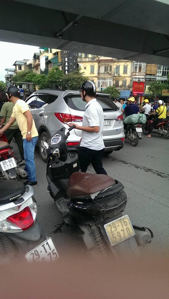 Hà Nội: Hàng chục người nhấc bổng đầu xe ô tô Santafe giải cứu người phụ nữ - ảnh 1