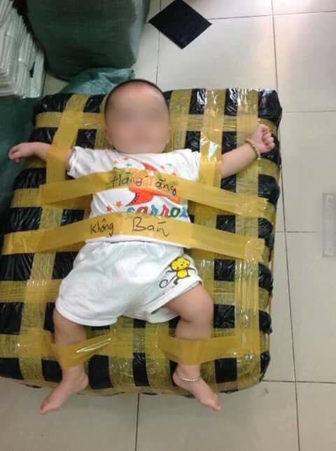 Trói chân tay em bé vào bao hàng đem tặng, trò đùa khiến nhiều người bực tức - ảnh 1