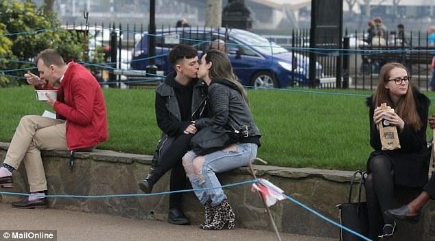 Cô nàng bị người lạ mắng vì...hôn người yêu nơi công cộng - Ảnh 1.