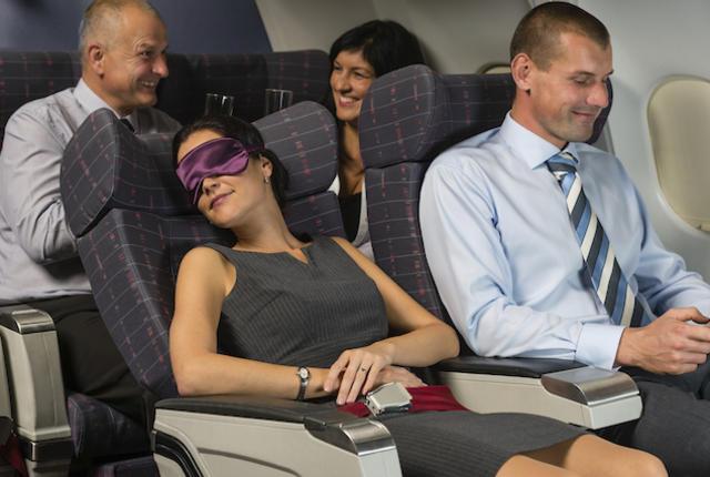 10 phép lịch sự tối thiểu trên máy bay mà ai cũng nên biết - Ảnh 2.