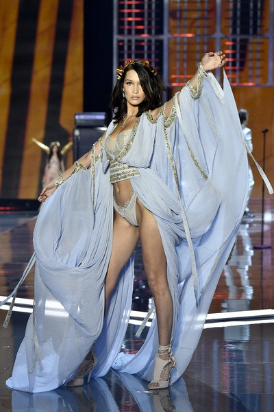 Siêu mẫu Trung Quốc bất ngờ vấp ngã trên sàn diễn Victorias Secret - Ảnh 3.