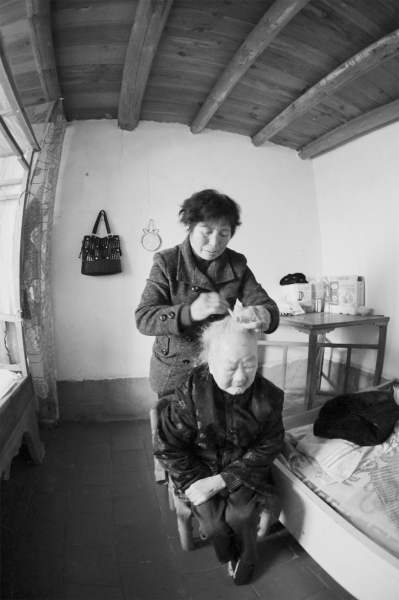Chuyện cảm động về người con dâu 74 tuổi, hơn nửa thế kỉ hiếu kính mẹ chồng 105 tuổi - Ảnh 1.