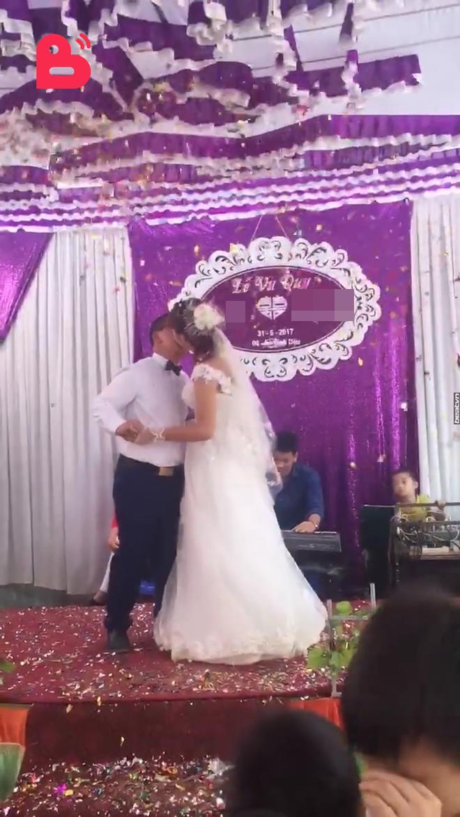 Đám cưới cô dâu 15 tuổi ở Sơn La lấy chồng Trung Quốc diễn ra trong 3 tiếng, xã không biết 1