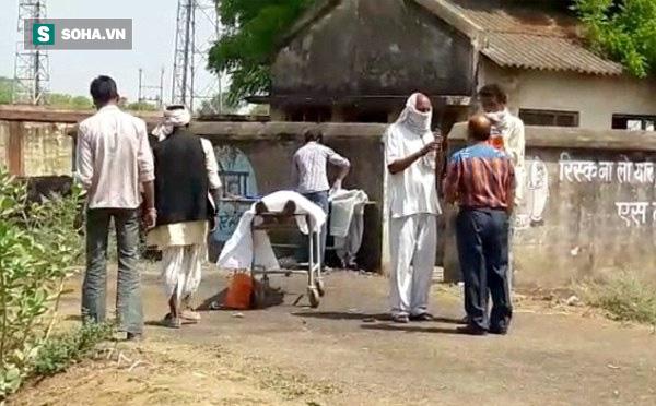 Người dân sợ hãi khi bác sĩ đưa người đã mất ra khám nghiệm ở ngoài đường - Ảnh 1
