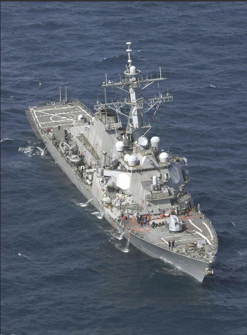 ẢNH+VIDEO: Cận cảnh chiến hạm Mỹ biến dạng sau va chạm với tàu hàng Philippines - Ảnh 1.