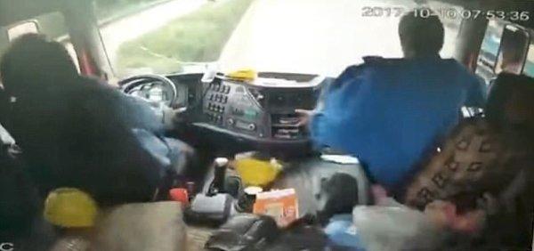 Clip: Xe hơi chui vào gầm xe tải hạng nặng sau màn vượt mặt bất thành - Ảnh 2.