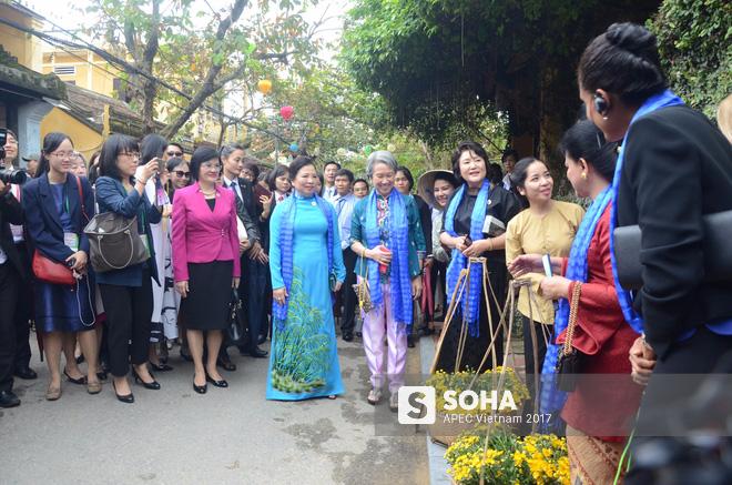 [ẢNH/VIDEO] Phu nhân/phu quân các lãnh đạo APEC hào hứng khám phá nét đẹp phố cổ Hội An - Ảnh 3.