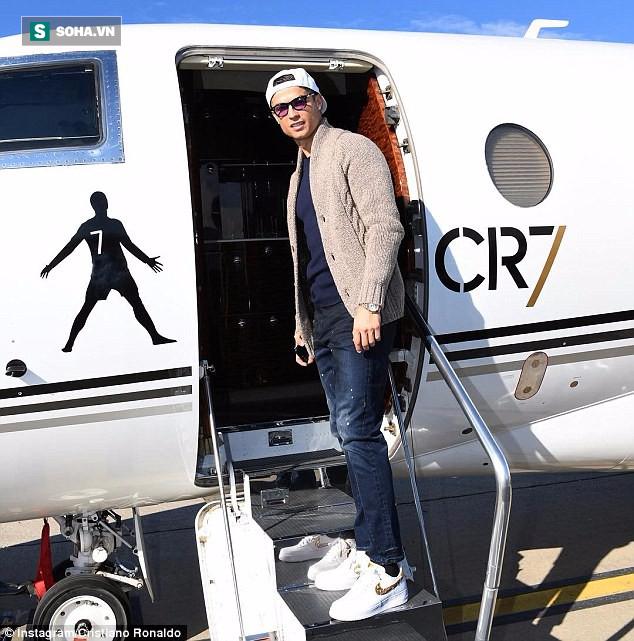Đưa đại gia đình tới Paris, Ronaldo chuẩn bị ẵm QBV thứ Năm? - Ảnh 1.