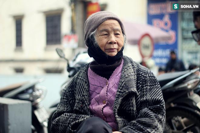 Cụ bà 88 tuổi vá xe trên phố Hà Nội và câu chuyện khiến nhiều bạn trẻ xấu hổ - ảnh 8