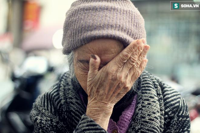Cụ bà 88 tuổi vá xe trên phố Hà Nội và câu chuyện khiến nhiều bạn trẻ xấu hổ - ảnh 4
