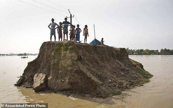 Clip: Nước lũ làm sập cầu, 2 mẹ con tử vong chỉ trong một bước chân - Ảnh 4.