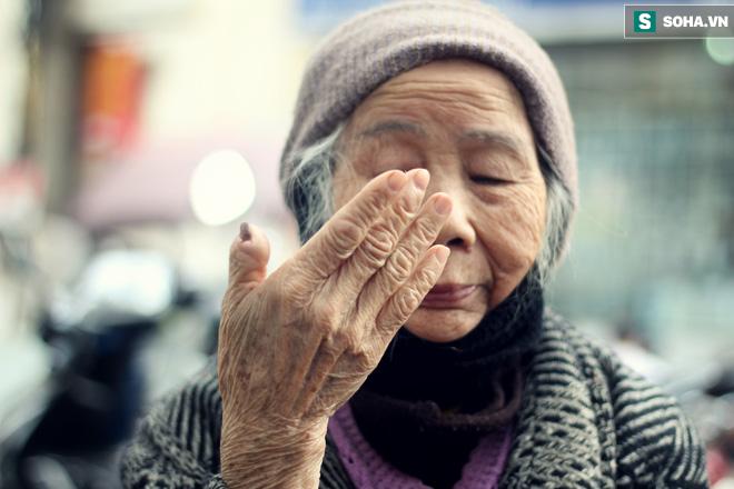 Cụ bà 88 tuổi vá xe trên phố Hà Nội và câu chuyện khiến nhiều bạn trẻ xấu hổ - ảnh 9