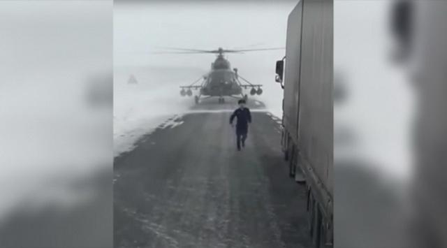 Chỉ có ở Nga: Trực thăng quân sự bay bám đường cao tốc như ô tô - Ảnh 2.