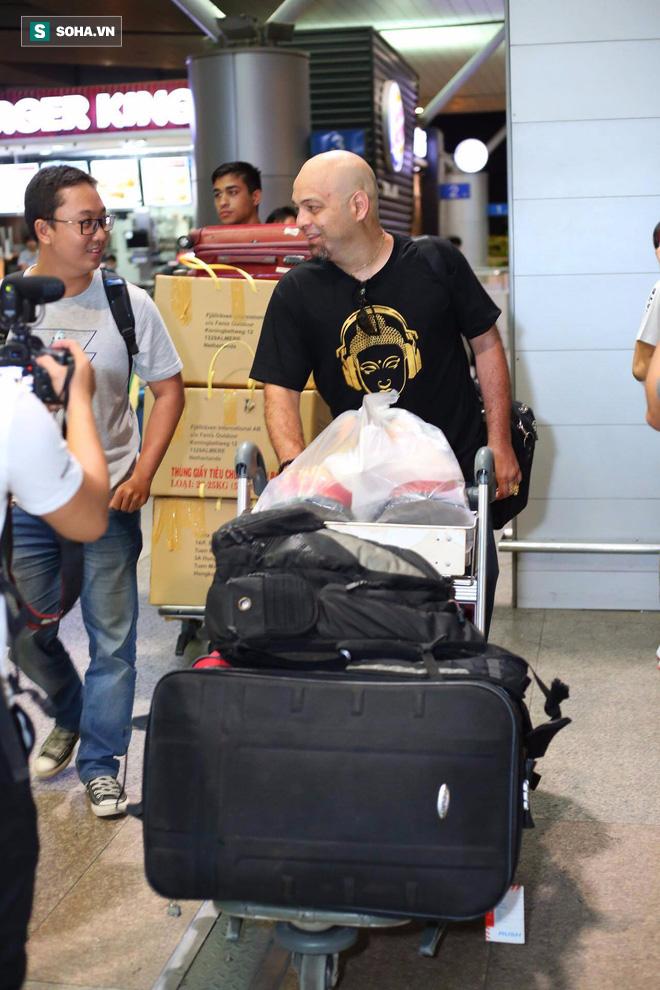 Chùm ảnh: Flores bay đêm, rời Việt Nam về Canada - Ảnh 8.