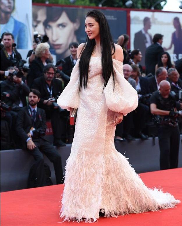 Xuất hiện xinh đẹp và lỗng lẫy nhưng Đường Yên vẫn bị ngó lơ trên thảm đỏ quốc tế - Ảnh 14.