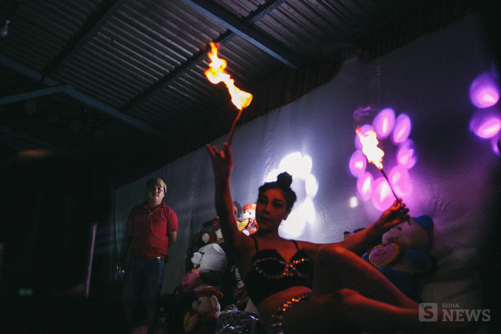 Cận cảnh phận Lô tô: Múa lửa, nhai than, lưỡi lam và góc tối cay đắng không dễ thấy! - Ảnh 9.
