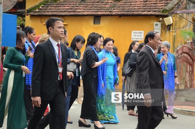 [ẢNH/VIDEO] Phu nhân/phu quân các lãnh đạo APEC hào hứng khám phá nét đẹp phố cổ Hội An - Ảnh 13.