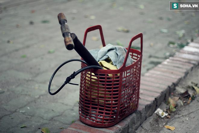 Cụ bà 88 tuổi vá xe trên phố Hà Nội và câu chuyện khiến nhiều bạn trẻ xấu hổ - ảnh 5