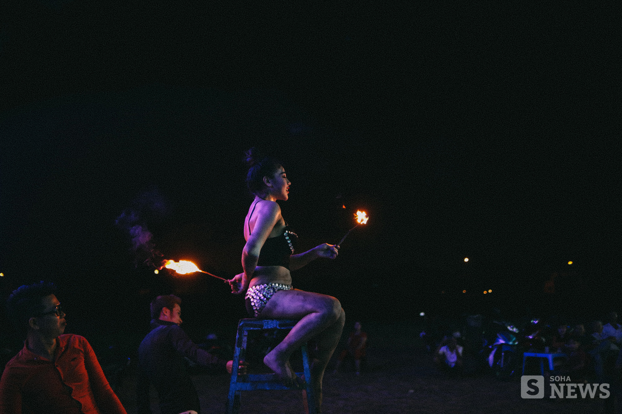Cận cảnh phận Lô tô: Múa lửa, nhai than, lưỡi lam và góc tối cay đắng không dễ thấy! - Ảnh 11.